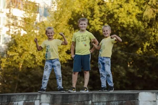 Bambini con magliette a mezza manica estive