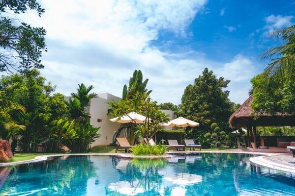 Schiuma party in piscina per teenagers